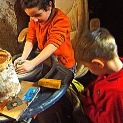 Dárkový poukaz na rodinný odpolední kurz keramiky a hrnčířství - 1000 Kč