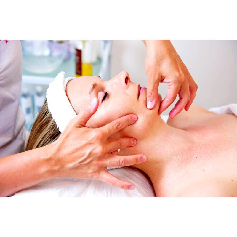 Kosmetické ošetření obličeje se zábalem rukou