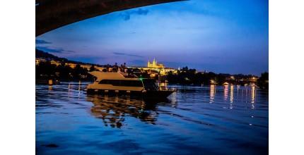 Privátní plavba po Vltavě na luxusní jachtě v délce 3 hod
